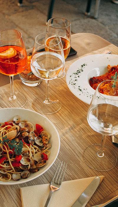 plats et vin italiens sur table